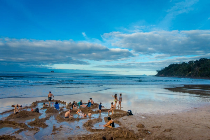 Top 5 der schönsten Strände der Welt Hot Water Beach Neuseeland Loch graben sich hinlegen das warme Wasser genießen