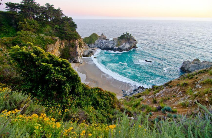 Top 5 der schönsten Strände der Welt Pfeiffer Beach Kalifornien die Bucht Felsen ringsherum