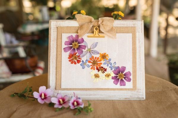 Wie kann man Blumen pressen Blumendeko Holzrahmen kreative Geschenkideen