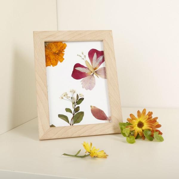 Wie kann man Blumen pressen Blumendeko Holzrahmen