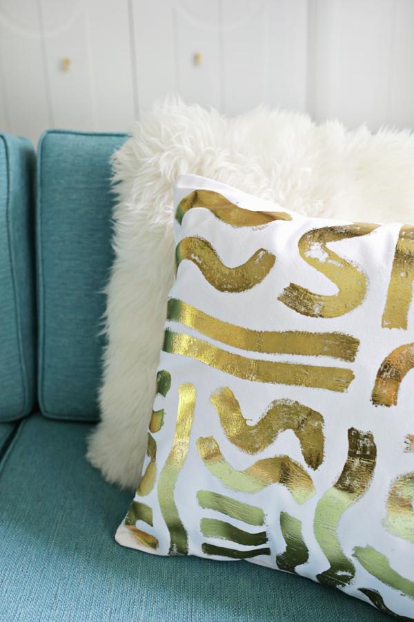dekorieren mit goldfolie dekokissen