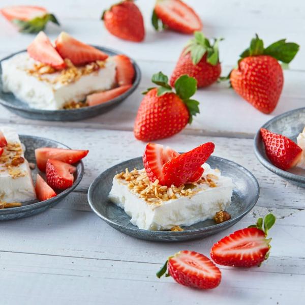 erdbeersaison erdbeeren mit joghurt und nüssen