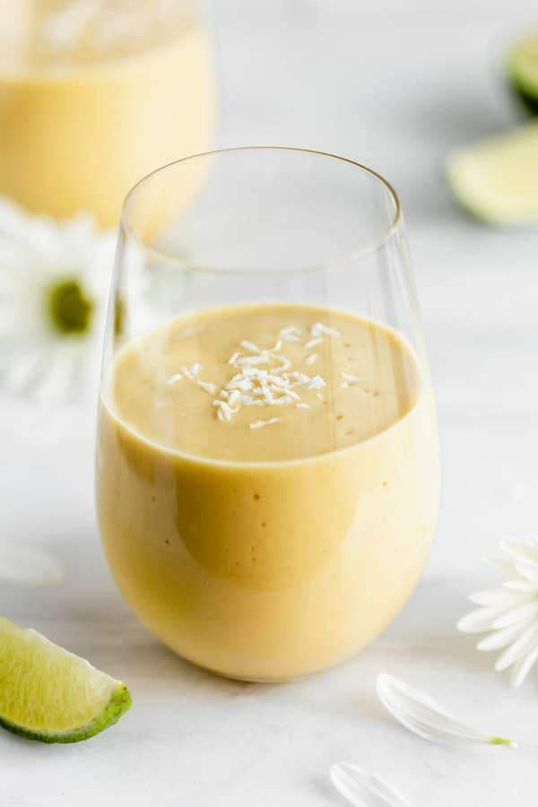 erfrischende Sommergetränke Mango Lassi traditionelle indische Getränke