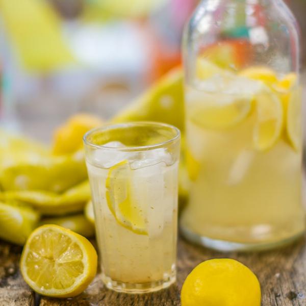 erfrischende Sommergetränke Nimbu Pani traditionelle indische Getränke
