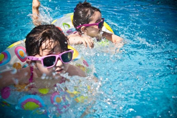 kinder im pool urlaub zu hause