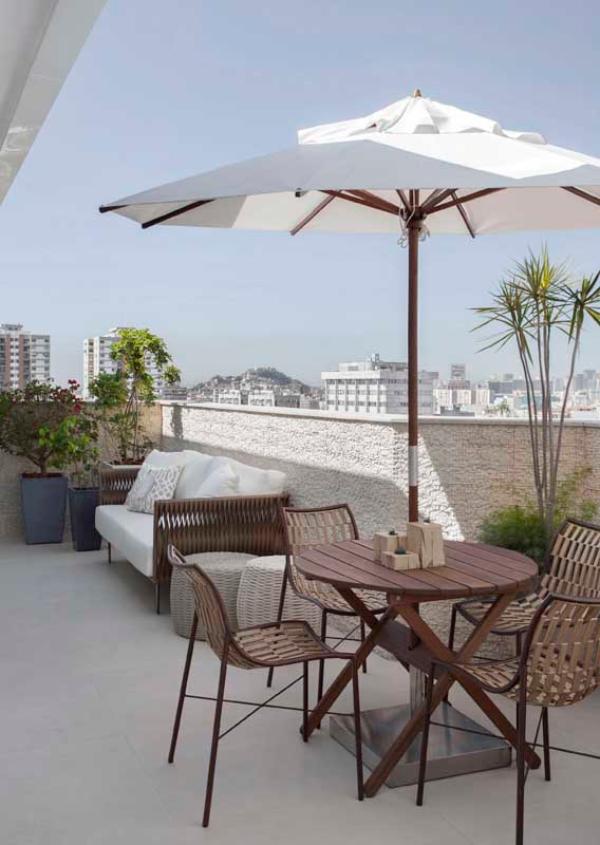 kleiner Tisch und ein toller Balkon-Sofa