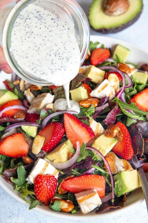 leckeren Erdbeersalat mit avocado rucola und nüssen