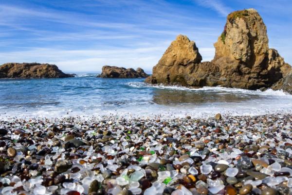 όμορφες παραλίες σε όλο τον κόσμο Glass Beach California περπατώντας σε σπασμένα γυαλιά