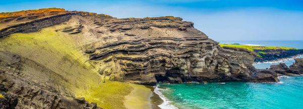 schöne Strände weltweit Papakolea Beach Hawaii grüner Sandstrand Naturwunder imposante Felsen