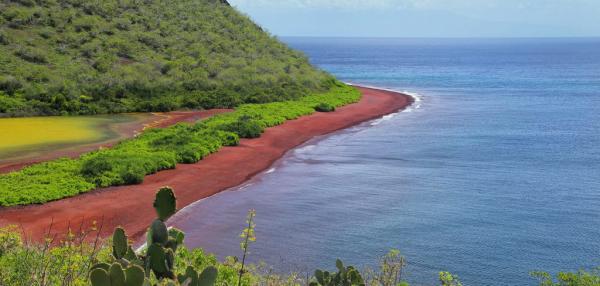 schöne Strände welweit Red Sand Beach Galapagos Naturwunder roter Sandstrand azurblaues Meer