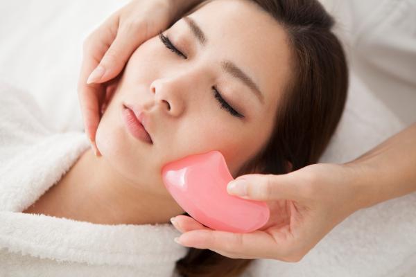 sehr schöne Massage fürs Gesicht - Gua Sha Massage