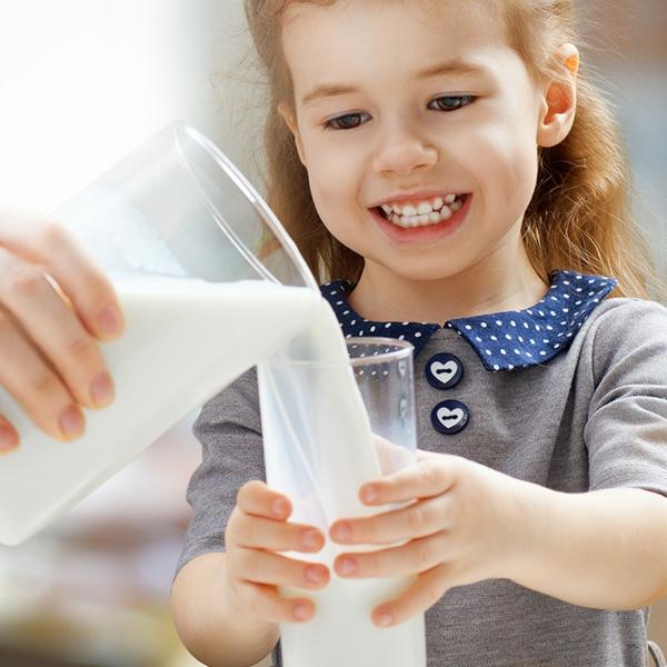 Alternativen zu Kuhmilch Milchalternativen Kinder trinken gern Milch