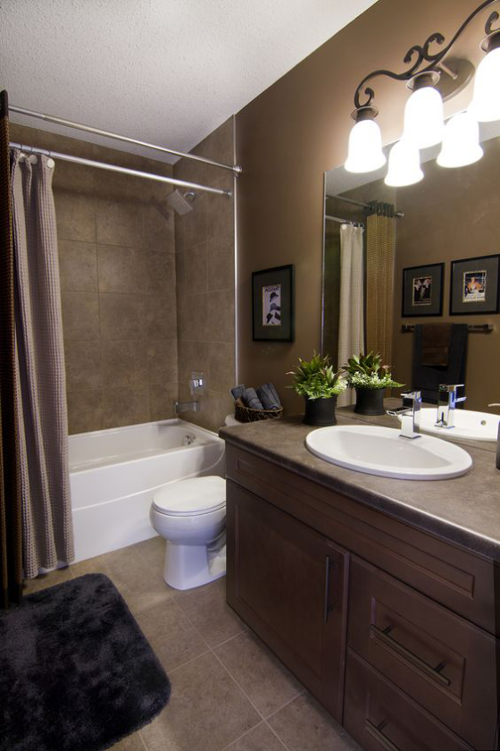 Braun modernes Badezimmer Dunkelbraun mit Taupe kombiniert passende Beleuchtung