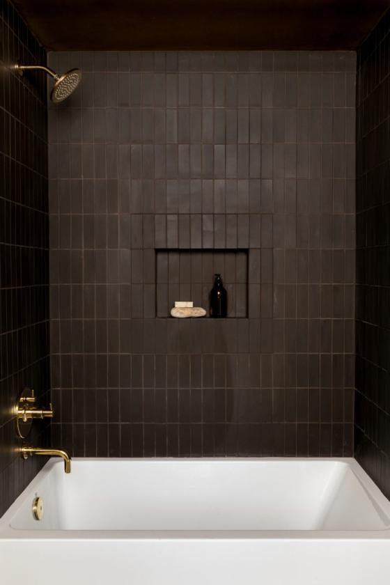 Braun modernes Badezimmer Schokoladenbraun Fliesen weiße Badewannen Kontrast goldene Armatur