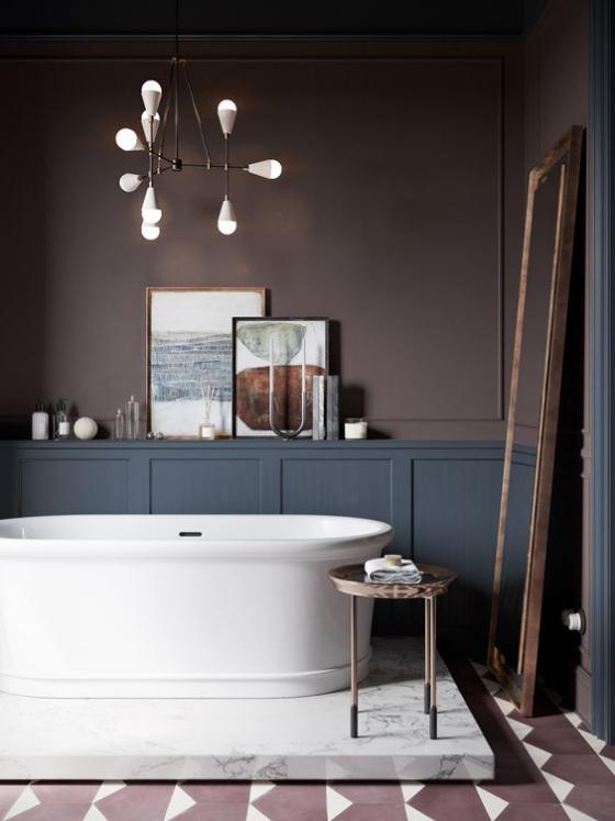 Braun modernes Badezimmer Taupe Weiß in Kontrast Badewanne auf weißer Marmorplatte passende Beleuchtung