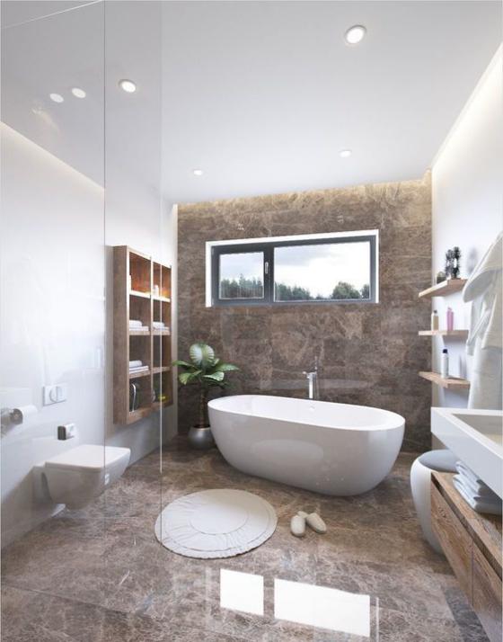 Braun modernes Badezimmer getrennt durch Glaswand Marmorfliesen weiße Badewannen WC Regal runder Teppich