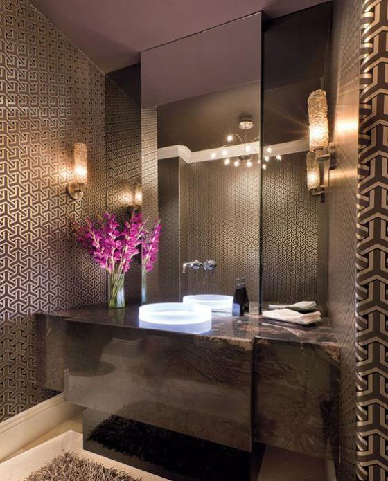 Braun modernes Badezimmer großer Spiegel gemusterte Wandfliesen Waschtischplatte Marmor gute Badbeleuchtung