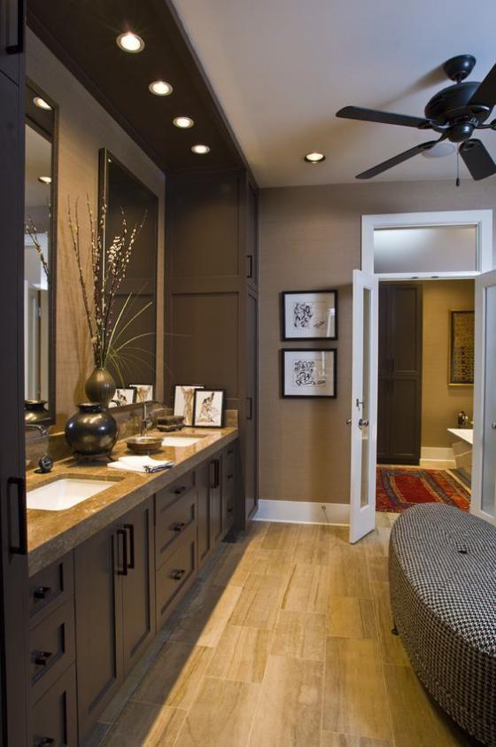 Braun modernes Badezimmer großes Bad Waschraum langer Waschtisch Spiegel gute Beleuchtung Sitzbank
