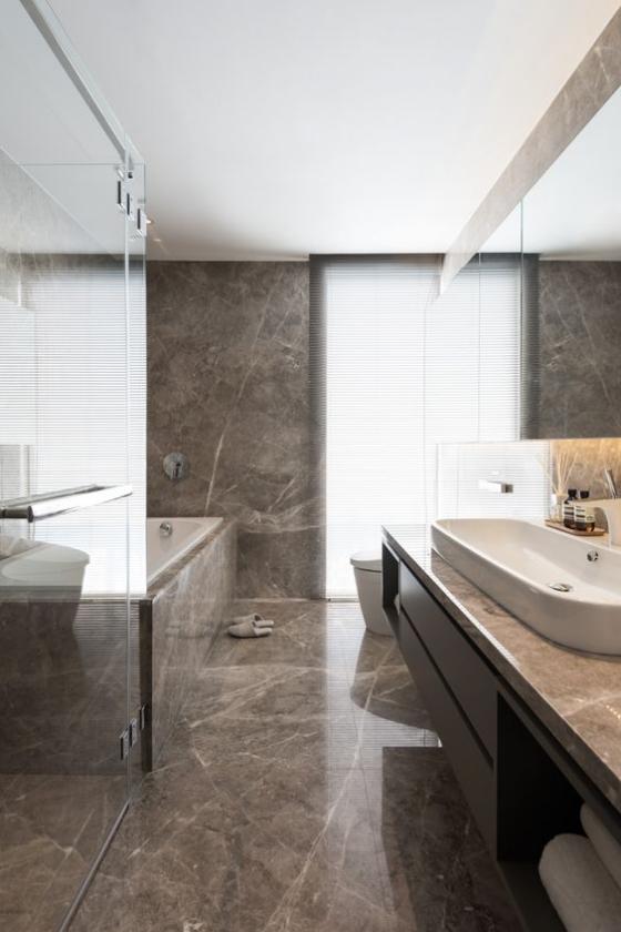 Braun modernes Badezimmer großes luxuriöses Bad in Taupe Badewanne Glaswand langer Waschtisch viel natürliches Licht