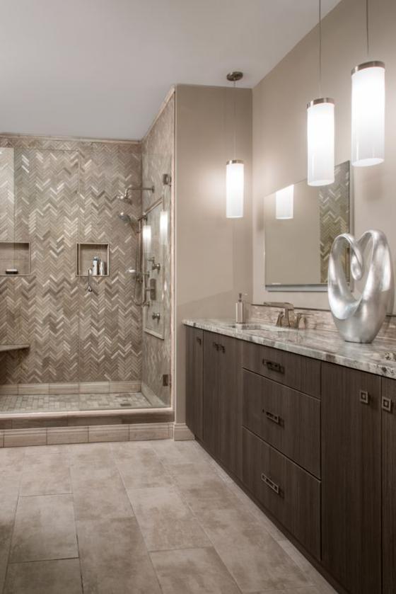 Braun modernes Badezimmer richtige Badbeleuchtung Hängeleuchten Wandleuchten schönes Design