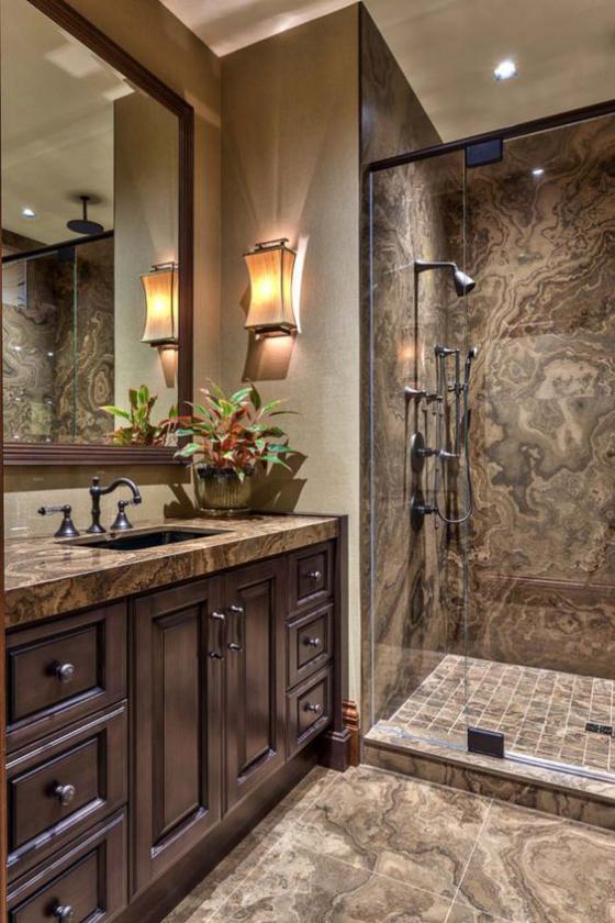 Braun modernes Badezimmer verschiedene Beleuchtungskörper kombinieren eingebaute Lichter an der Decke Spiegelleuchte