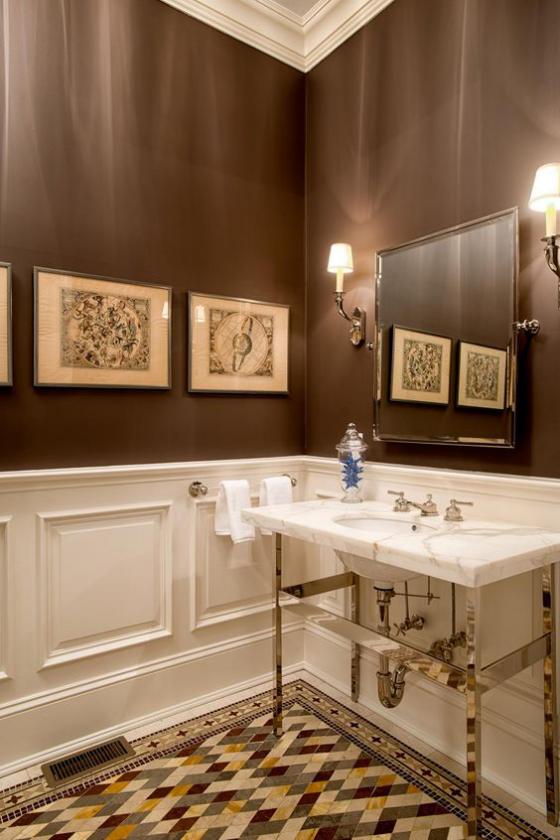 Braun modernes Badezimmer weiße Badezimmermöbel Wand in Kastanienbraun gemusterte Bodenfliesen