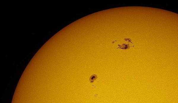 Das Solar Dynamics Observatory der NASA erkennt die größte Sonneneruption seit 2017 sonnenflecken dunkle flecken sichtbar