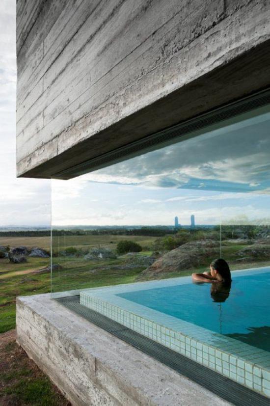 Hallenbad zu Hause Indoor Pool Glaswände schönes Panorama Mädchen im Wasser