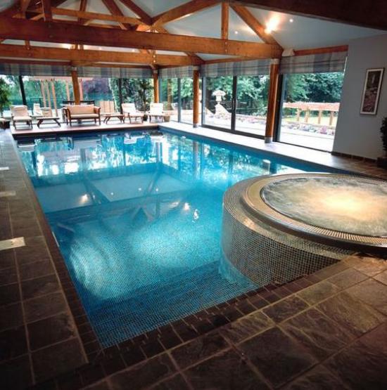 Hallenbad zu Hause Luxus pur Badespaß kostet viel Geld