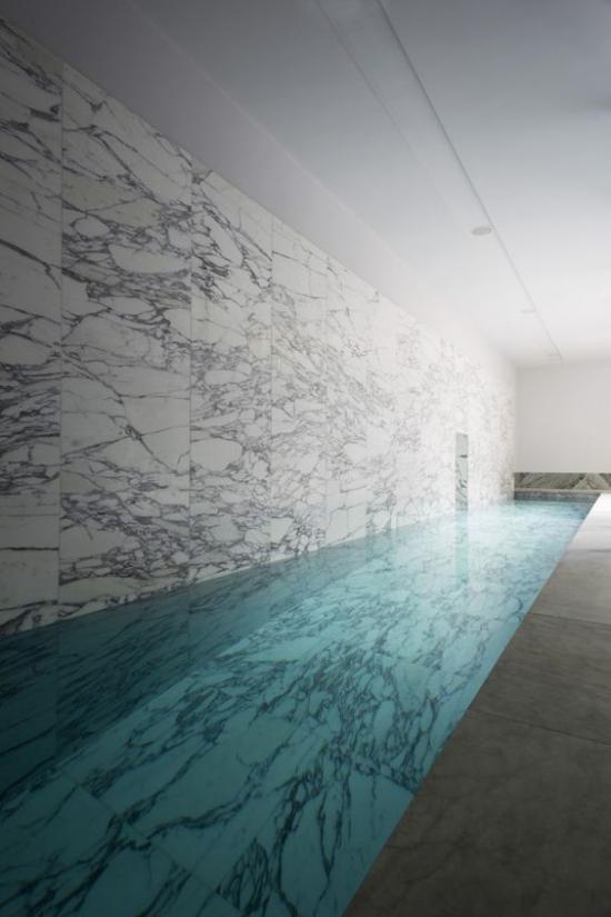 Hallenbad zu Hause Minimalismus pur im Design Marmor Platten an der Wand in Grau