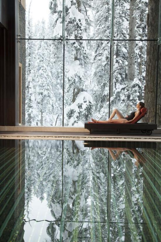 Hallenbad zu Hause atemberaubender Blick Glaswand Winterlandschaft drinnen warm Pool Liege Relax