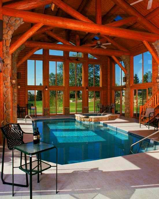 Hallenbad zu Hause im separaten Pavillon viel Holz Steinwand gemütliche Atmosphäre