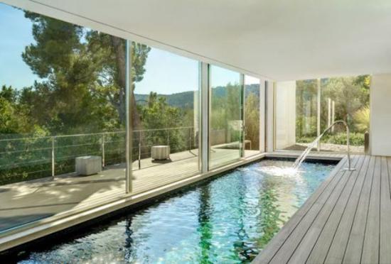 Hallenbad zu Hause längliche Form Glasfenster schöner Blick in den Garten
