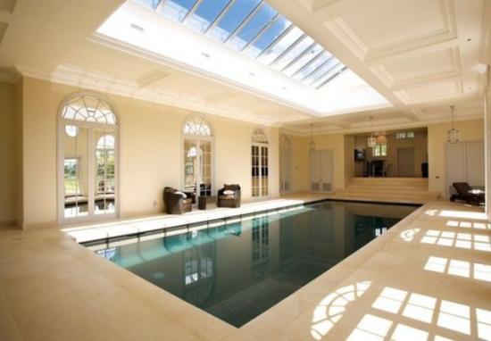 Hallenbad zu Hause luxuriöse Ausführung Glasdecke viel Tageslicht wie im Spa Center