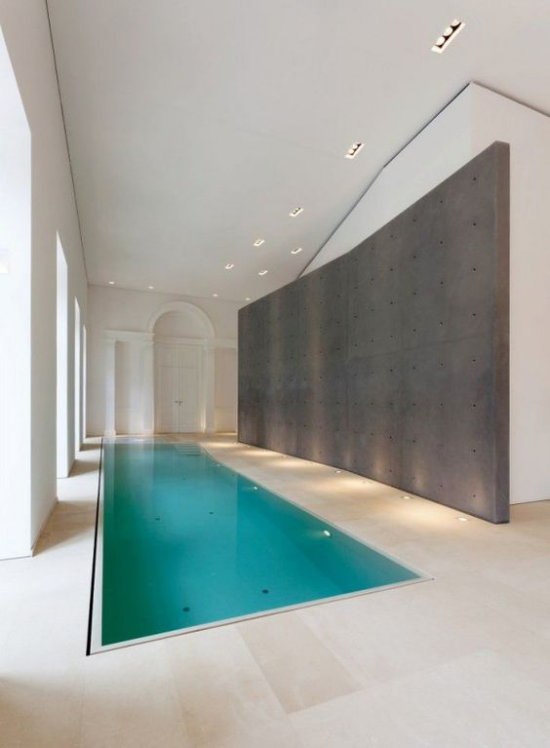 Hallenbad zu Hause minimalistisches Design perfekte Sauberkeit Poollichter eingebaute Deckenbeleuchtung