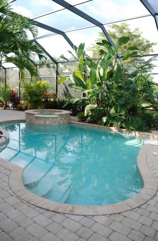 Hallenbad zu Hause rundes Spa Becken Whirlpool viele grüne Pflanzen ein tropisches Flair