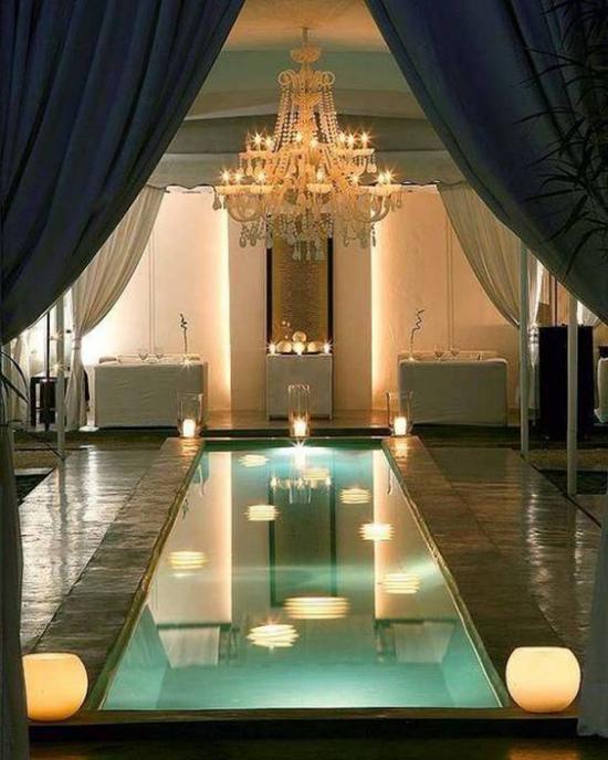 Hallenbad zu Hause sehr luxuriös designt bietet erstklassigen Relax Lampen Kronleuchter Gardinen
