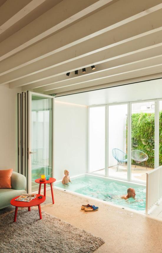 Hallenbad zu Hause viereckige Form Vater und Sohn schwimmen Badespaß haben
