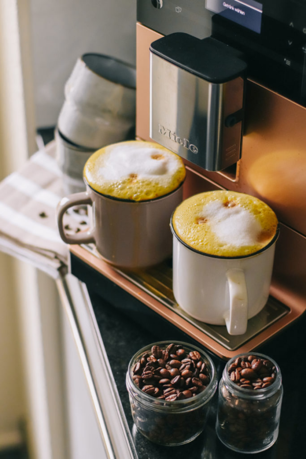 Kurkuma Kaffee Goldene Milch gelbes Getränk Espresso direkt von der Kaffeemaschine