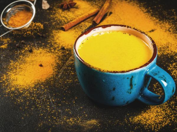 Κουρκούμη καφέ Χρυσό γάλα παρασκευασμένο με κουρκούμη σε σκόνη χαιρετίζει πολλά υγιή αποτελέσματα