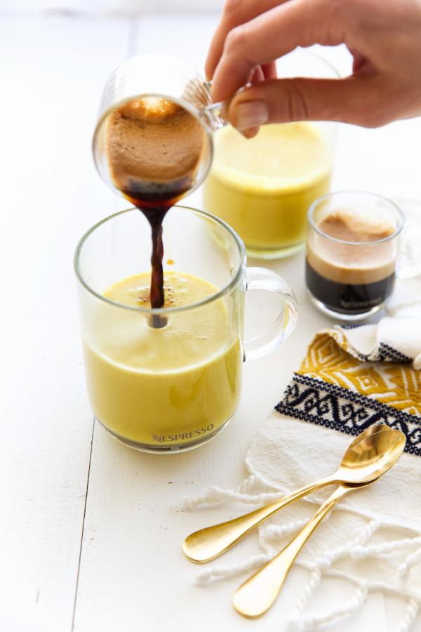 Kurkuma Kaffee Goldene Milch zubereiten plus ein Shot Espresso zufügen fertig das neue Kaffeegetränk