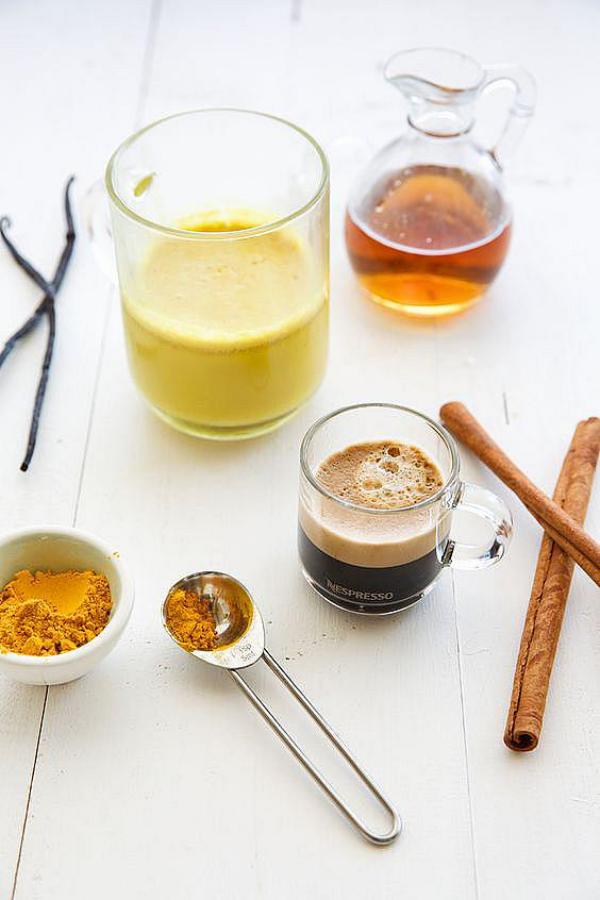Παρασκευή καφέ κουρκούμης όλα τα συστατικά με μια ματιά. Κουρκούμη σκόνη κανέλας χρυσό γάλα εσπρέσο