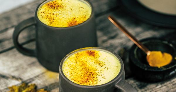Kurkuma Kaffee eine Prise Zimt verbessert den Geschmack neue Trendgetränk der Kaffee Szene