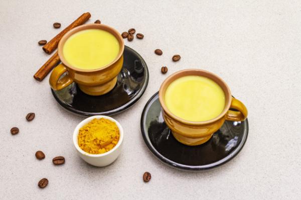 Kurkuma Kaffee gelb in Farbe aromatisch lecker im Geschmack Zimtstäbchen