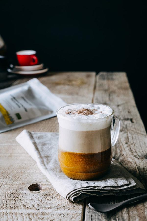 Kurkuma Kaffee in Schichten mit viel Schaum darauf großartig lecker im Geschmack