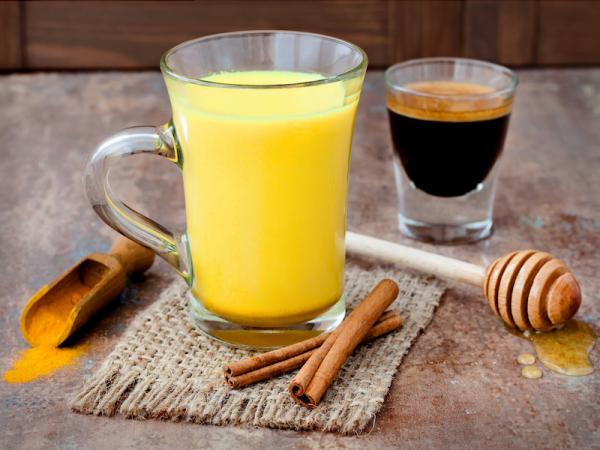 Kurkuma Kaffee süßen nach Geschmack mit Honig oder Dattelsirup gesunde Wirkung viel Kaffeegenuss