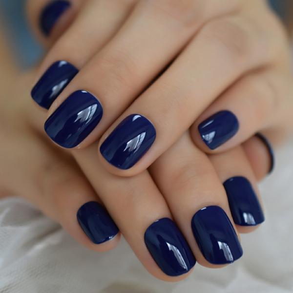 Kurze Gelnägel dunkle Nagelfarbe blau