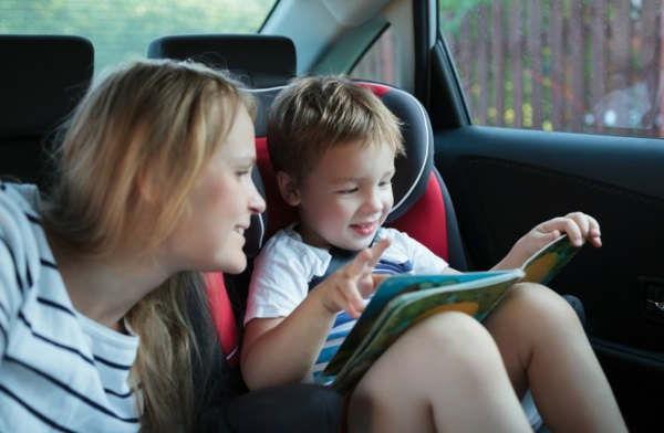 Kurztrip mit Kind Tipps Autoreisen mit Kindern Buch lesen