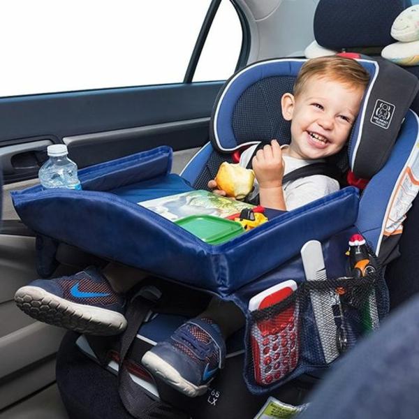 Kurztrip mit Kind Tipps Autoreisen mit Kindern gl[ckliches Kind im Auto
