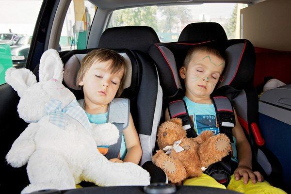 Kurztrip mit Kind Tipps Autoreisen mit Kindern schlafende Kinder